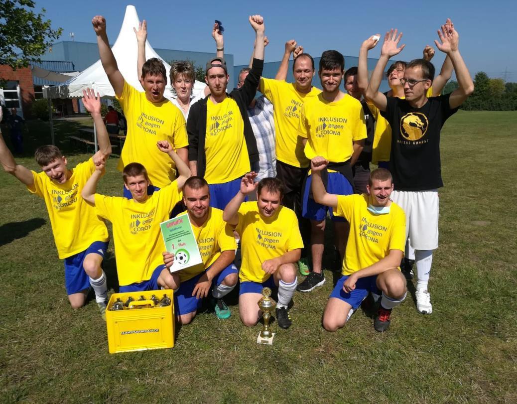 Fußballmannschaft siegt beim inklusiven Turnier gegen Corona in Osterburg
